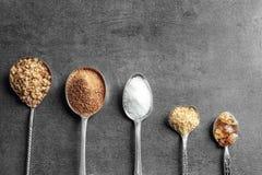 Cucchiai con i vari generi di zucchero immagine stock libera da diritti