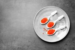 Cucchiai con il caviale rosso delizioso Fotografie Stock Libere da Diritti