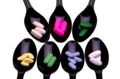 Cucchiai con le pillole Fotografia Stock Libera da Diritti