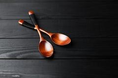 Cucchiai d'annata di legno sui precedenti di legno neri Immagine Stock Libera da Diritti