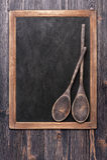 Cucchiai del servizio e bordo di gesso di legno Immagine Stock Libera da Diritti