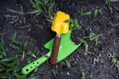 Cucchiai della pala che scavano suolo Immagine Stock