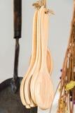 Cucchiai di legno che appendono con l'abito Immagini Stock Libere da Diritti