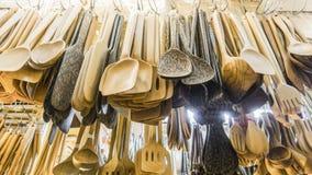 Cucchiai di legno che appendono nel negozio Immagini Stock Libere da Diritti