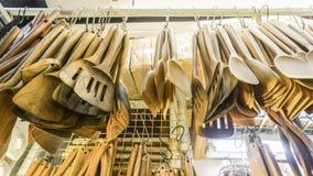 Cucchiai di legno che appendono nel negozio Fotografia Stock