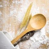 Cucchiai di legno con farina Fotografie Stock