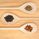 Cucchiai di legno con gli ingredienti Fotografie Stock Libere da Diritti