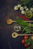 Cucchiai di legno con gli ortaggi freschi ed i condimenti Fotografia Stock Libera da Diritti