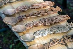 Cucchiai di legno decorativi scolpiti Fotografia Stock
