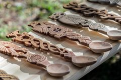 Cucchiai di legno decorativi scolpiti Fotografia Stock Libera da Diritti