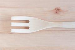 Cucchiai di legno e riparazione di legno sullo spezzettamento del fondo a pezzi di legno, articolo da cucina Fotografie Stock