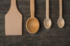 Cucchiai di legno fatti a mano su un bordo di legno, strumenti della cucina Immagini Stock