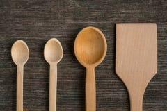 Cucchiai di legno fatti a mano su un bordo di legno, strumenti della cucina Fotografie Stock Libere da Diritti