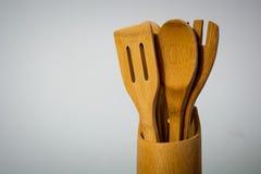 Cucchiai di legno nel contenitore di legno fotografia stock