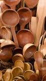 Cucchiai di legno nel mercato Immagini Stock