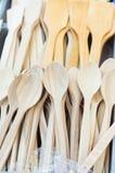 Cucchiai di legno sul bazar locale Fotografia Stock