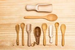 Cucchiai di legno sulla tavola Immagini Stock