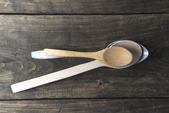 Cucchiai di legno sulla vecchia Tabella di legno Fotografie Stock