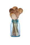 Cucchiai di legno in un vaso d'inscatolamento blu Fotografia Stock Libera da Diritti