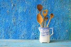 Cucchiai di legno in una vecchia brocca Fotografie Stock Libere da Diritti