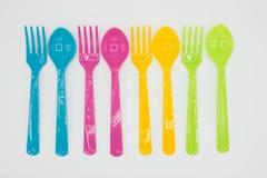 Cucchiai di plastica variopinti e forchette Fotografia Stock