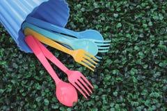 Cucchiai e forchette che versano sul tappeto erboso Fotografie Stock