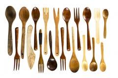 Cucchiai e forchette di legno su fondo bianco Fotografia Stock