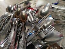 Cucchiai e forchette nella cucina Fotografia Stock Libera da Diritti