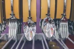 Cucchiai inossidabili ed insieme della forcella che appende nel deposito Centro commerciale, isola di Bali, Indonesia Immagine Stock Libera da Diritti