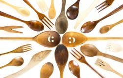 Cucchiai sorridente di legno del fronte su fondo bianco Fotografie Stock