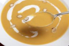 Cucchiaiata della minestra della zucca torta Immagini Stock Libere da Diritti