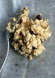 Cucchiaiata della pastella cruda di pepita di cioccolato e del biscotto di farina d'avena Fotografia Stock