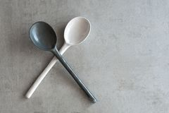 cucchiaio bianco e grigio ceramico su un fondo grigio fotografia stock libera da diritti