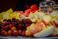 Cucchiaio che si siede sopra un vassoio della frutta fotografia stock