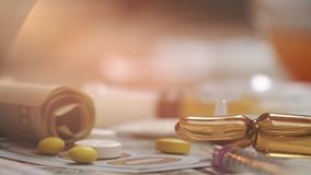 Cucchiaio con cocaina, pillole della medicina sulle banconote del dollaro Tiro a macroistruzione video d archivio