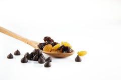 Cucchiaio con di pepita di cioccolato & di raisine immagine stock