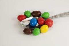 Cucchiaio con le caramelle variopinte Fotografie Stock Libere da Diritti