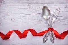 Cucchiaio d'annata e forchetta con una burocrazia per il giorno del ` s del biglietto di S. Valentino Fotografia Stock Libera da Diritti