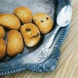 Cucchiaio d'argento sul vassoio d'annata con i biscotti Fotografia Stock Libera da Diritti