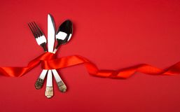 Cucchiaio del coltello della forcella con il nastro sull'immagine rosso- fotografie stock libere da diritti