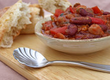 Cucchiaio del peperoncino rosso nella parte anteriore Fotografie Stock