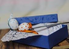 cucchiaio della scatola del pois dell'uovo di Pasqua immagine stock