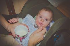 Cucchiaio di alimentazione infantile della neonata Immagini Stock