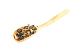 Cucchiaio di bambù con tè verde Immagini Stock