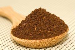 Cucchiaio di legno con caffè Fotografie Stock