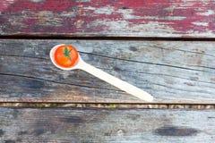 Cucchiaio di legno con il pomodoro Immagine Stock Libera da Diritti
