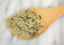Cucchiaio di legno con il preparato a grana lunga della zizzania Fotografia Stock Libera da Diritti