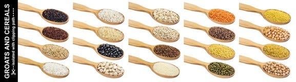 Cucchiaio di legno con porridge, cereali diversi, grani ed i fiocchi isolati su fondo bianco con il percorso di ritaglio immagine stock