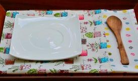 Cucchiaio di legno e del piatto Immagine Stock