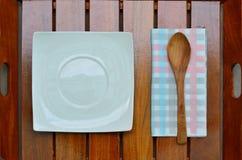 Cucchiaio di legno e del piatto sul vassoio di legno Immagine Stock Libera da Diritti